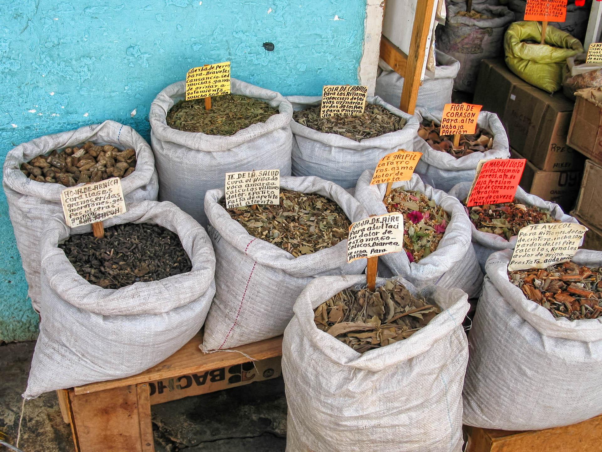Heilpflanzen auf einem Markt in San Christobal de la Casas, Mexiko