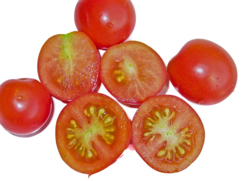 Die Früchte der Buschtomate Red Alert sind klein, schmackhaft und hängen zahlreich an den kleinen Pflanzen.